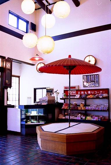 赤い京傘がアクセントの店入り口